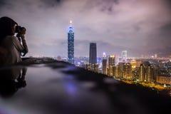 ТАЙБЭЙ, ТАЙВАНЬ - 7,2017 -ГО ОКТЯБРЬ: Взгляд небоскреба и горизонта Тайбэя 101 от горы слона на районе nighttime Тайбэя Стоковая Фотография