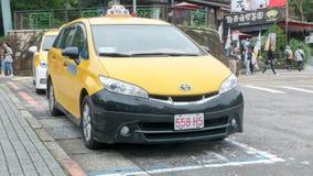 Тайбэй, Тайвань 19-ое октября 2018: Тормозной башмак вагона и ожидание обслуживания такси стоковая фотография
