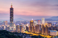 Тайбэй, Тайвань - около август 2015: Башня Тайбэя 101 или Тайбэя WTC в Тайбэе, Тайване на заходе солнца Стоковые Изображения