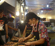 Тайваньские бизнесмены жаря кальмара Стоковая Фотография