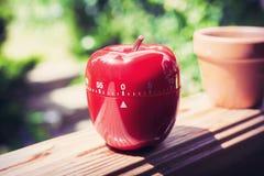 0 таймеров яичка кухни минут/1 часа в форме Яблока стоя на поручне Стоковое фото RF
