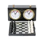 Таймер и шахматная доска шахмат при изолированные диаграммы Стоковые Фото