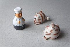 Таймер шеф-повара играет с жирными шейкерами соли стоковые фотографии rf