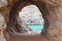 Тайники пещеры на море стоковая фотография rf