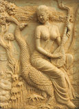 Тайская дама сыграла музыку сидя на заднем павлине Стоковые Изображения RF