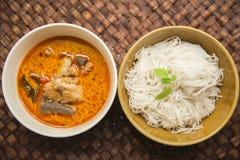 Тайская вермишель риса с зеленым карри цыпленка на соткать mat7 Стоковое Фото