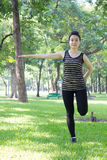 Тайская взрослая красивая девушка делая йогу работает в парке Стоковое Фото
