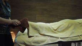 Тайская девушка делает массаж ног Человек в наслаждаться полотенца медицинская терапия акции видеоматериалы