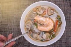 Тайская еда: Суп травы креветки и лимона с грибами Томом Yum Kung Стоковые Фото