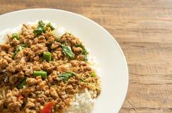Тайская еда, Stir-зажаренный свинина с базиликом выходит на деревянное backgroun Стоковая Фотография