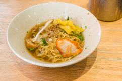 Тайская еда, желтая лапша с свининой куска Стоковые Фото