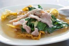 Тайская еда - зажаренные лапши с свининой и листовой капустой стоковое изображение
