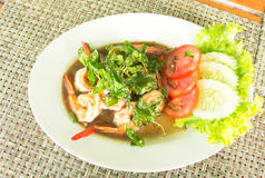 Тайская еда, пряная зажаренная креветка с базиликом Стоковые Изображения