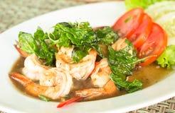 Тайская еда, пряная зажаренная креветка с базиликом Стоковое Фото