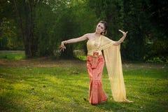 Тайская женщина в традиционном костюме Таиланда Стоковая Фотография RF