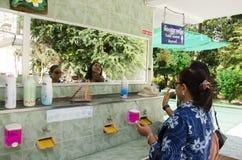 Тайская женщина и очищать и состав старух на умывальнике в пабе Стоковые Фотографии RF