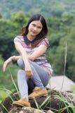 Тайская женщина наслаждается на утесе в inthanon Doi поля Стоковая Фотография RF