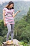 Тайская женщина наслаждается на утесе в inthanon Doi поля Стоковые Фотографии RF