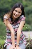 Тайская женщина наслаждается на утесе в inthanon Doi поля Стоковое Фото