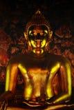 Тайская золотая сияющая статуя Будды стоковое фото