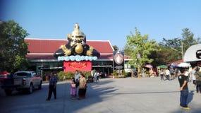 Тайская золотая черная статуя магазина Стоковое Изображение RF