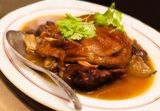 Тайская китайская азиатская еда, бак потушенная утка в супе подливки служила в белой плите на таблице Стоковая Фотография RF