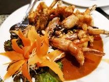 Тайская концепция кухни Зажаренные креветки с тамариндом sauce на w стоковые изображения