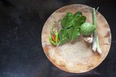Тайская кухня варя ингредиенты на разделочной доске стоковые изображения