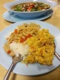 Тайская кухня, обед, Spiced замаринованные бамбуковые всходы, омлет, суп graawp bplaa khlohng dtohm, кислых и пряных копченый сух стоковые фотографии rf