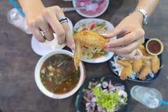Тайская кухня очень популярна с людьми стоковые фото