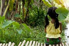 Тайская маленькая девочка сидя рекой стоковые изображения rf