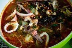 Тайская местная еда: лапши морепродуктов пряные с шариком кальмара, вареного яйца и мяса Стоковая Фотография