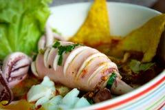 Тайская местная еда: лапши морепродуктов пряные с шариком кальмара, вареного яйца и мяса Стоковое фото RF