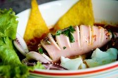 Тайская местная еда: лапши морепродуктов пряные с шариком кальмара, вареного яйца и мяса Стоковое Изображение RF