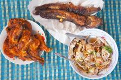 Тайская местная еда: Зажаренный сом, зажаренный цыпленок Стоковые Фото