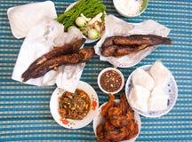 Тайская местная еда: Зажаренный сом, зажаренный цыпленок Стоковое фото RF