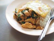 Тайская местная жареная курица stir с святым базиликом с глубокой яичницей Стоковые Изображения RF