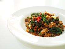 Тайская местная традиционная еда: stir зажарил кудрявой мясо прерванное уткой с святым базиликом Стоковая Фотография RF