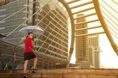 Тайская милая женщина в красном костюме офиса держа зонтик Стоковое Изображение