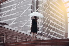 Тайская милая женщина в черном платье держа прозрачный зонтик Стоковые Изображения RF