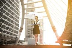 Тайская милая женщина в черном платье держа прозрачный зонтик Стоковое Изображение RF