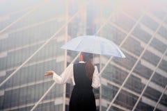 Тайская милая женщина в черном платье держа прозрачный зонтик Стоковые Фотографии RF