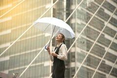Тайская милая женщина в черном платье держа прозрачный зонтик Стоковая Фотография RF