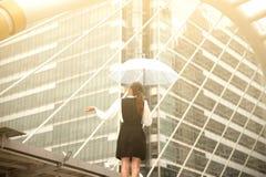 Тайская милая женщина в черном платье держа прозрачный зонтик Стоковое фото RF