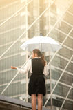 Тайская милая женщина в черном платье держа прозрачный зонтик Стоковое Изображение