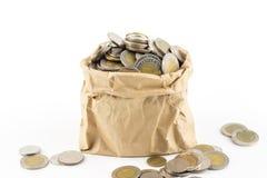 Тайская монетка в сумке морщинки коричневой бумажной Стоковые Фото