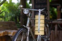 Тайская несущая еды и старый или винтажный велосипед Стоковые Фото