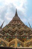 Тайская пагода золота с голубым небом когда средний день стоковое фото rf