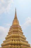 Тайская пагода золота с голубым небом когда средний день стоковое фото