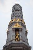 Тайская пагода золота с голубым небом когда средний день стоковое изображение rf